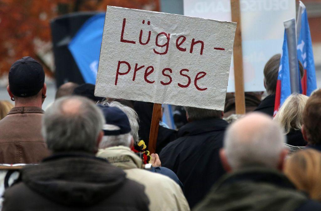 """Der Begriff """"Lügenpresse"""" wird zwar vor allem vom Pegida-Bündnis genutzt (Pegida). Foto: dpa"""