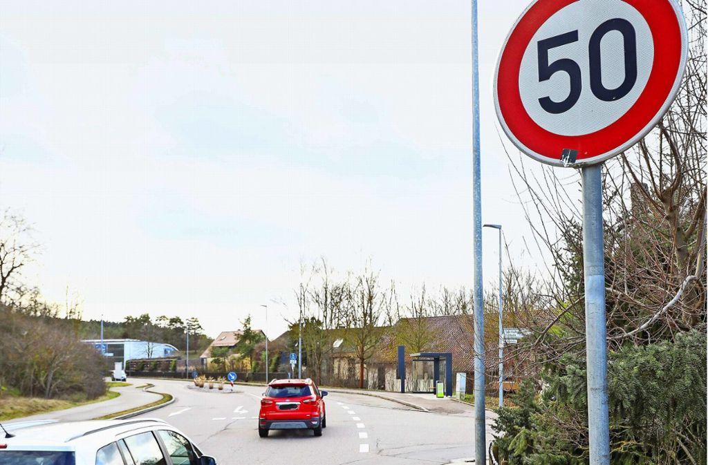 Dass vor der Bushaltestelle Tempo 50 beginnt, passt vielen nicht. Foto: factum/Simon Granville