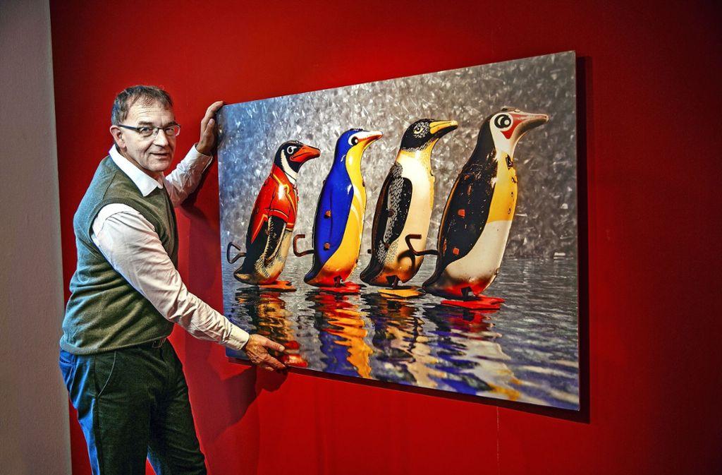 Der Sammler und Fotograf Volker Weinhold hat seinen ersten Pinguin auf einem Pariser Trödelmarkt gefunden. Foto: Ines Rudel