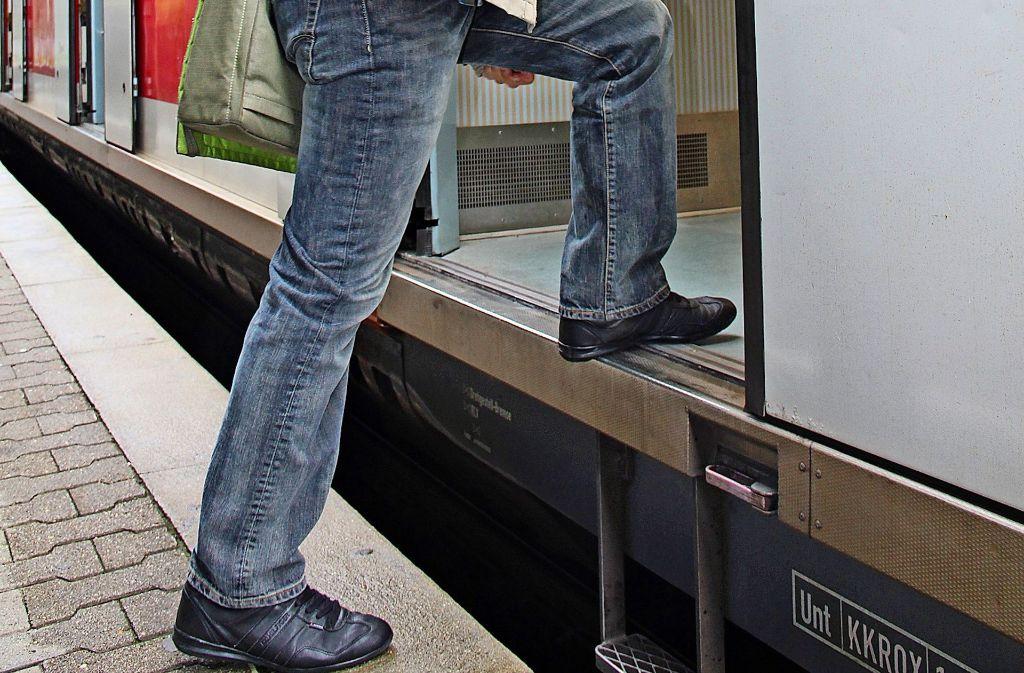 Eigentlich wollte die Bahn im Zuge der S21 Baumaßnahmen  den Bahnsteig 1 am Bahnhof Feuerbach erhöhen. Doch die Barriere bleibt vorerst bestehen. Foto: Georg Friedel