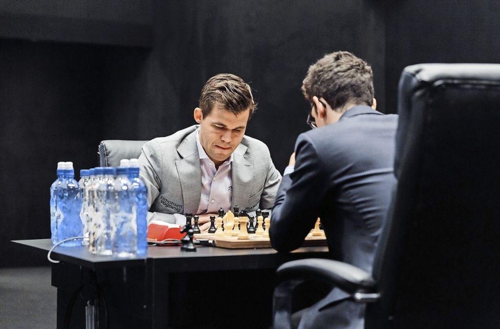 Magnus Carlsen (links) und Fabiano Caruna gehen am Mittwoch in den entscheidenden Tiebrak. Foto: dpa