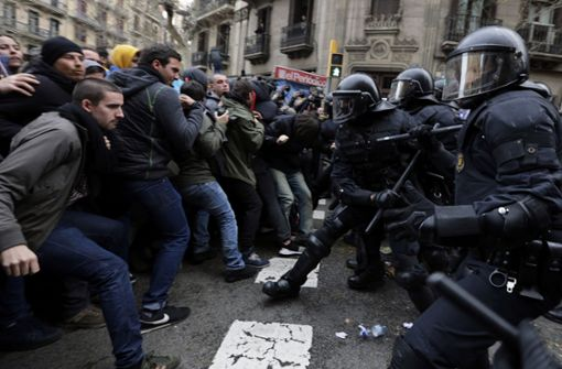 Dutzende Verletzte bei Protesten in Barcelona