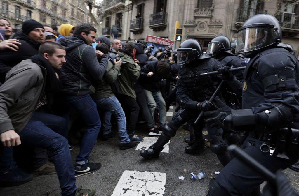 In Kataloniens Hauptstadt sind viele Menschen auf die Straße gegangen, um gegen die Festnahme von Carles Puigdemont zu protestieren – dabei ist es zu Ausschreitungen gekommen. Foto: AP