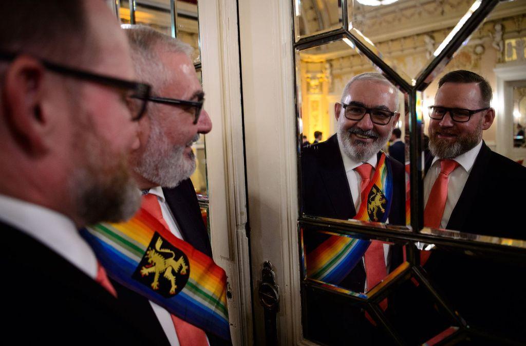 Wolfgang Erichson (Mitte), Bürgermeister für Integration in Heidelberg, und sein Ehemann Bertold Quast nach ihrer Hochzeitszeremonie, bei der 44 gleichgeschlechtliche Paare getraut wurden. Foto: dpa