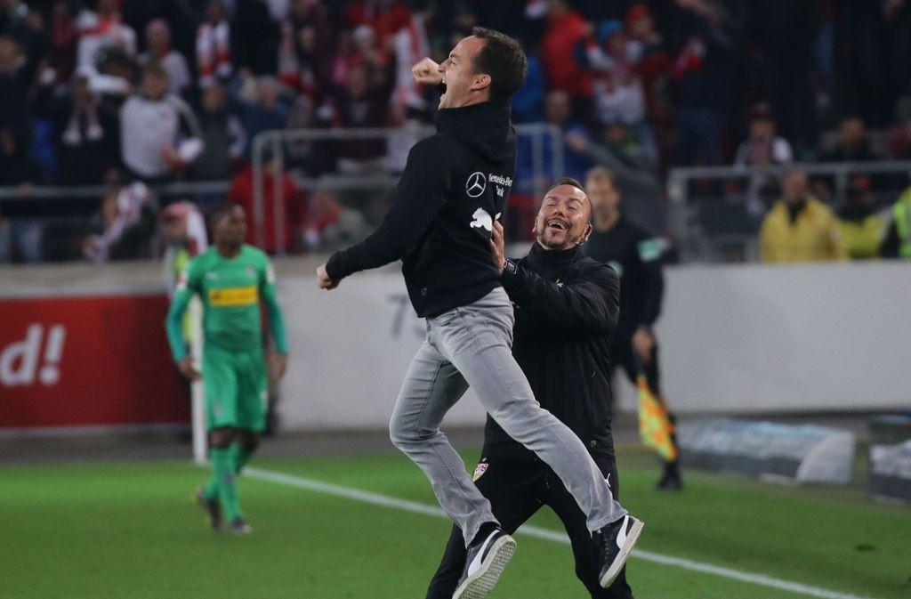 Die Freude muss raus: Trainer Nico Willig (links) freut sich mit seinem Assistenten Paco Vaz über den 1:0-Sieg des VfB Stuttgart gegen Borussia Mönchengladbach.Foto:Pressefoto Baumann Foto: