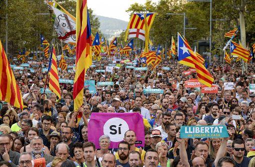 Harte Hand gegen Separatisten – Über 400.000 protestieren