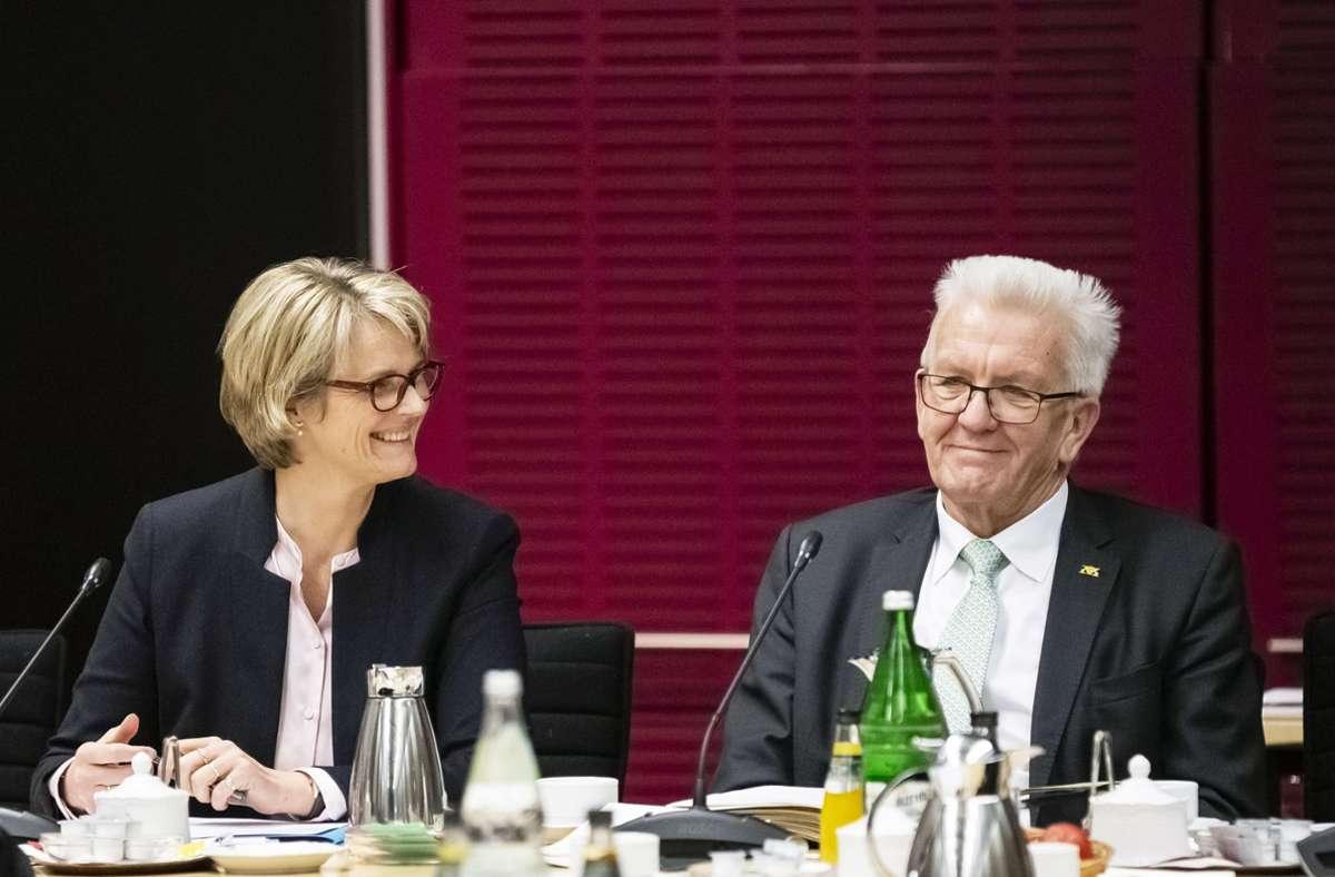 Anja Karliczek  und Winfried Kretschmann 2019 beim Vermittlungsausschuss über eine Grundgesetzänderung für mehr Bundesmittel für Schulen. Foto: dpa/Christoph Soeder