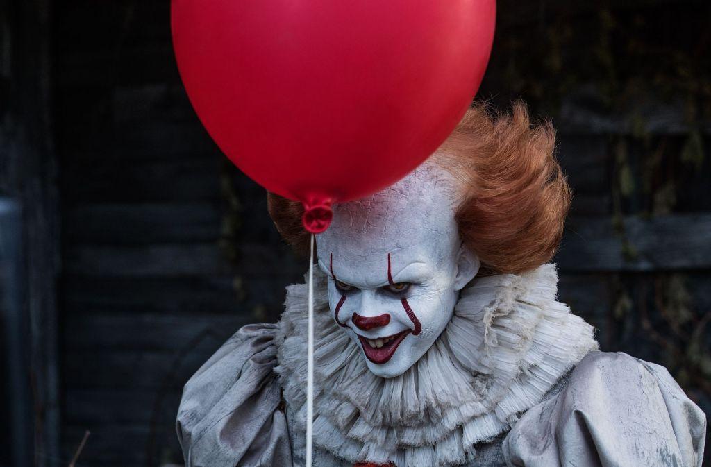 """Der fiese Clown Pennywise (Bill Skarsgård) treibt in """"It"""" sein Unwesen. Foto: Warner Bros."""