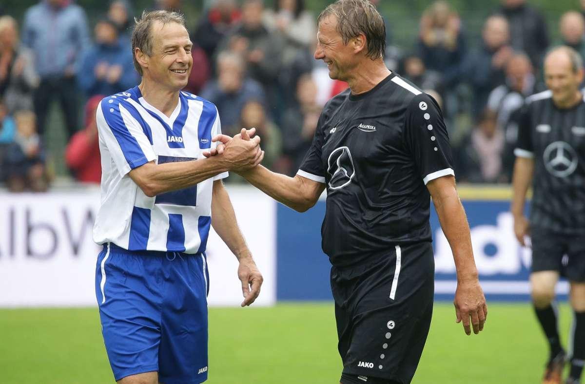 Seine Wurzeln hat Jürgen Klinsmann (li.) nie vergessen: 2019 steht er bei einem Benefizspiel im Eybacher Tal in Geislingen auf dem Platz mit Guido Buchwald. Foto: