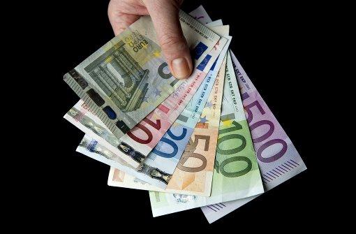 Frau gibt mehrere Hundert Euro ab