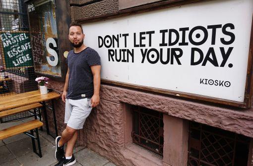 Schnute ziehen kann er auch: Stoff Büttner vor seinem Kiosko im Westen. Foto: Björn Springorum
