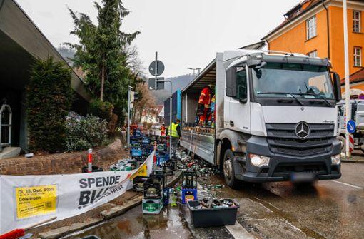 Lastwagen  verliert Ladung – Bierflaschen  landen auf der Straße