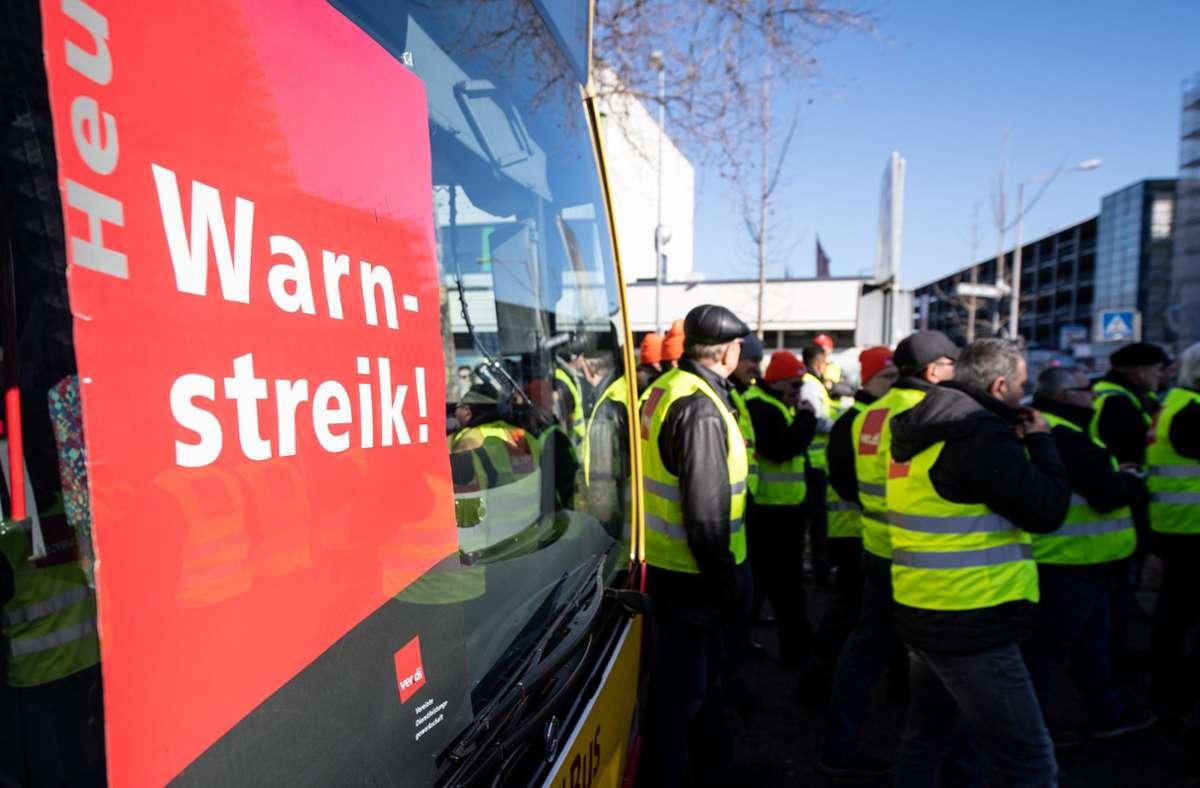 Verdi ruft zum bundesweiten Warnstreik im öffentlichen Nahverkehr auf (Archivbild). Foto: dpa/Fabian Sommer