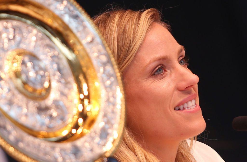 Angelique Kerber mit ihrer Wimbledon-Siegerschale zu Besuch in Stuttgart Foto: Baumann