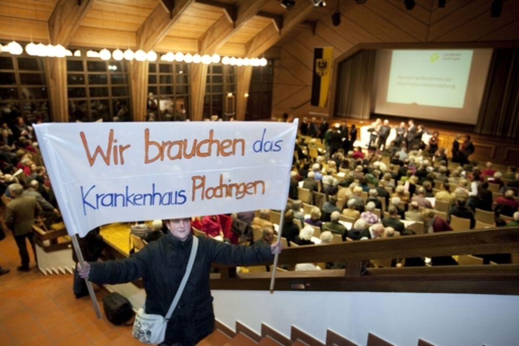 Die Belegschaft der Klinik demonstriert in der Plochinger Stadthalle Foto: Rudel