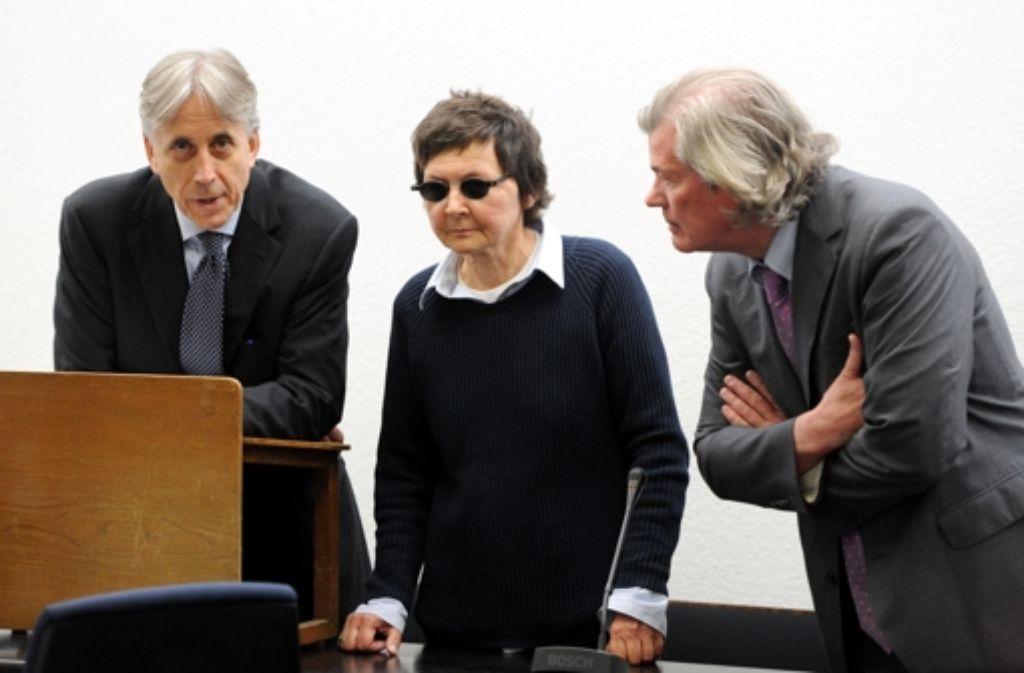Die Angeklagte Verena Becker mit ihren Verteidigern im Stuttgarter Gerichtssaal Foto: dpa