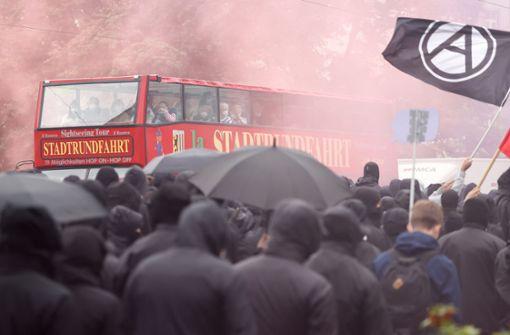 """Brennende Barrikaden nach """"LinX""""-Demonstration"""