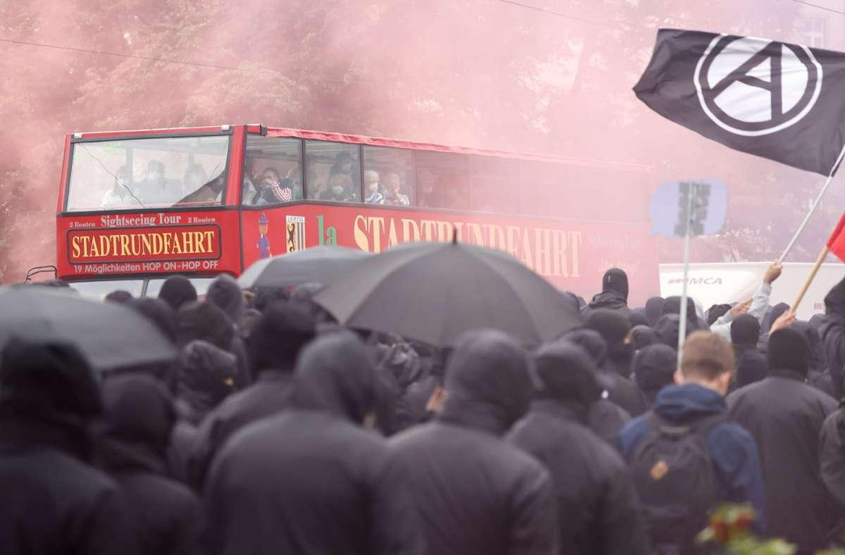 Linke Demonstranten in Leipzig – brennende Barrikaden beantwortete die Polizei mit Wasserwerfen. Foto: dpa/Jan Woitas