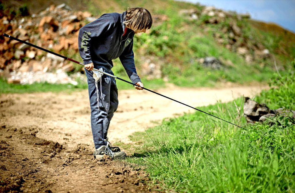 Lenny Lachenmann verwendet für den Fang der Zauneidechsen eine Stipprute wie sie  beim Angeln zum Einsatz kommt. Foto: Gottfried Stoppel