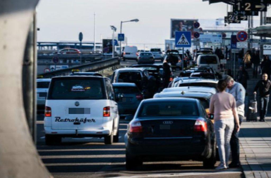 Der Autoverkehr auf der Abflugebene vor den Terminals soll neu organisiert werden. Foto: Lichtgut/Achim Zweygarth