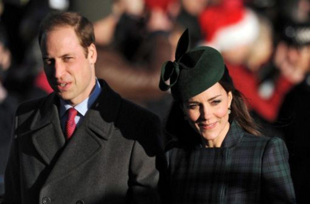 25. Dezember 2013: Prinz William und Herzogin Kate kommen am ersten Weihnachtstag aus der traditionellen Messe in der St. Mary Magdalene Church in Sandringham, Norfolk. Foto: dpa