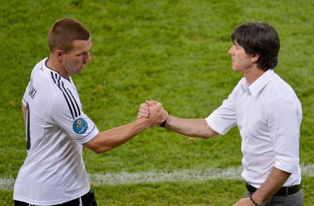 Joachim Löw (rechts) sagt, der Stürmer Lukas Podolski sei aufgrund seiner Einstellung und Professionalität immer ein Vorbild gewesen. Foto: dpa