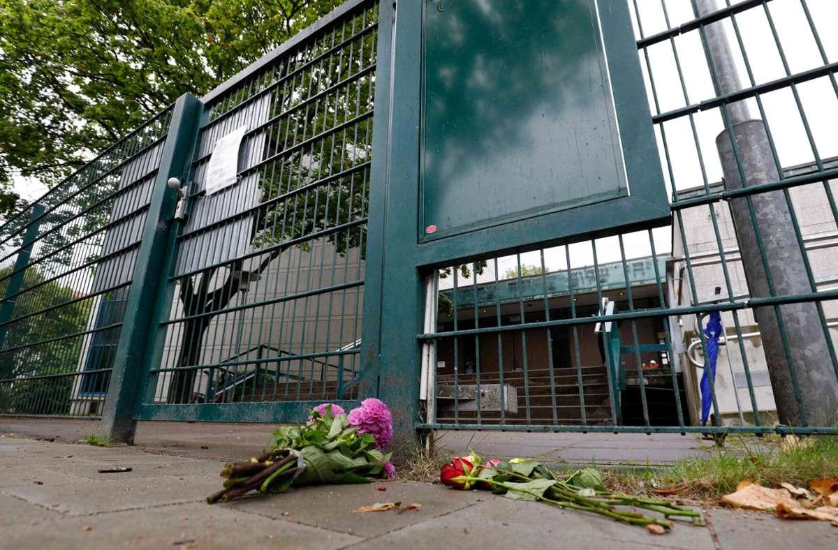 Der Eingang zur Synagoge in Hamburg. Blumen wurden niedergelegt. Foto: AFP/MORRIS MAC MATZEN