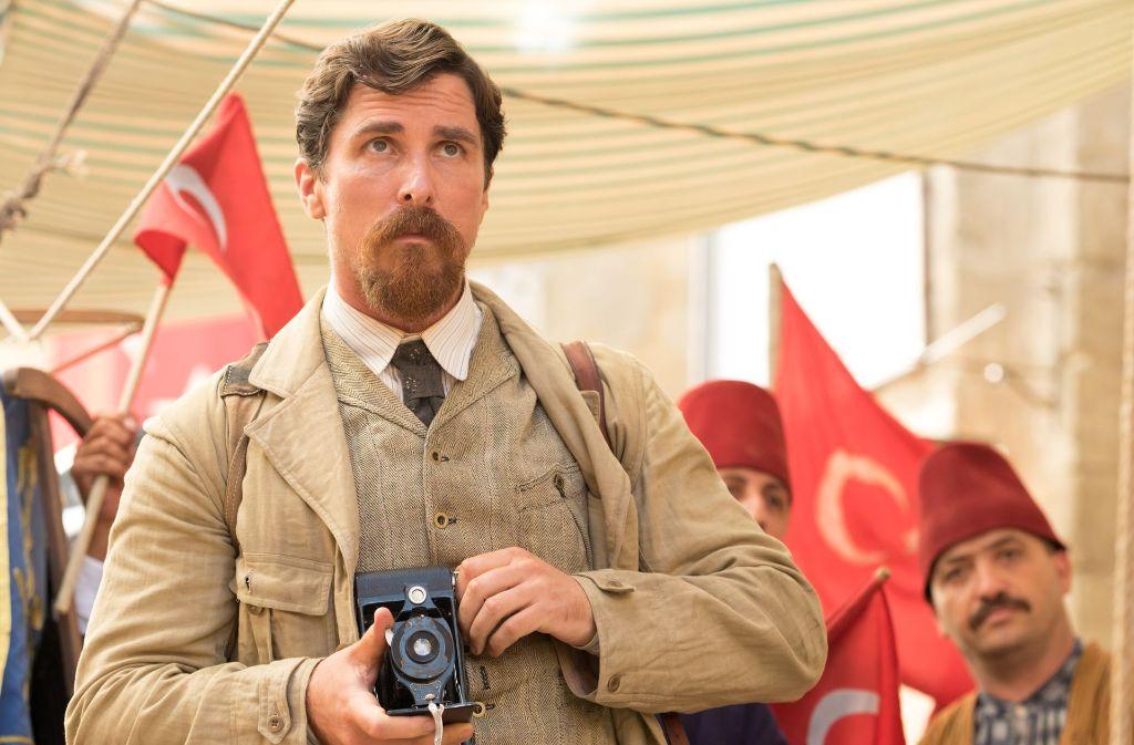 """Schauspieler Christian Bale als trinkfester Reporter in dem historischen Drama """"The Promise – Die Erinnerung bleibt"""". Foto: Verleih"""