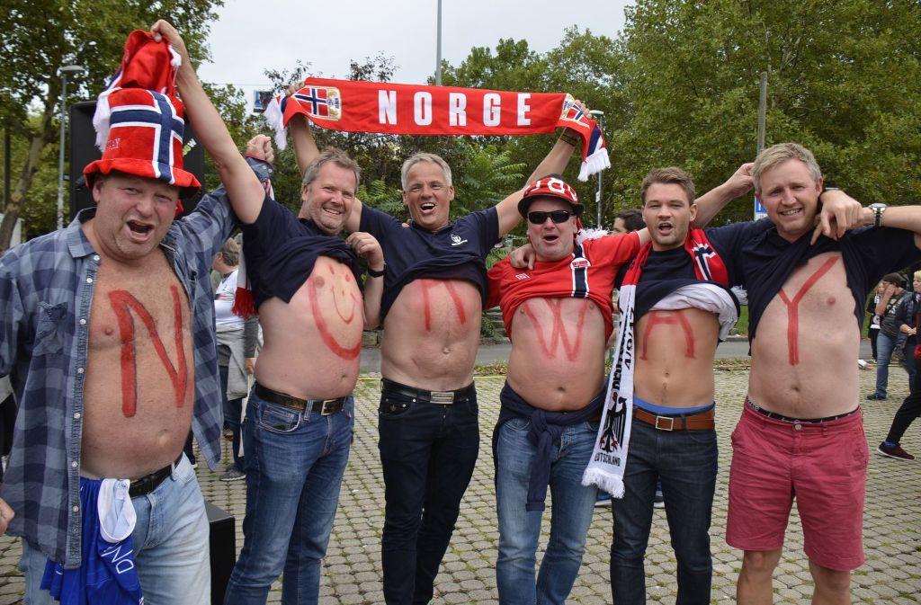 Die Norwegischen Fans freuen sich auf das Spiel ihrer Nationalmannschaft gegen Deutschland. Foto: Andreas Rosar Fotoagentur-Stuttg