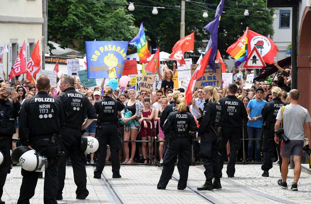 In Karlsruhe demonstrierten 2017 Tausende gegen einen Aufmarsch der Rechtsextremen. Foto: dpa