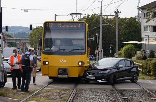 Pkw kracht in Stadtbahn – Linie U2 vorübergehend unterbrochen