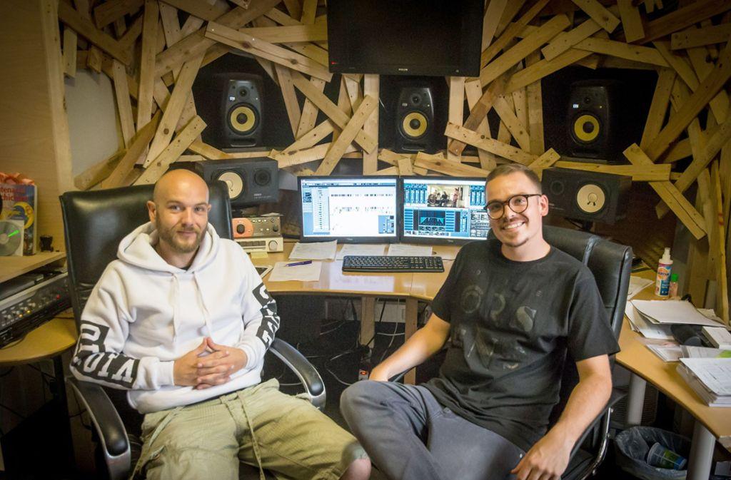 Jonas Lang alias DJ Jopez (re.) und Jens Baumgart sind für Erfolgsmusik aus Stuttgart wie etwa das Solo-Album von Rapper Bartek mitverantwortlich. Foto: Lichtgut/Achim Zweygarth