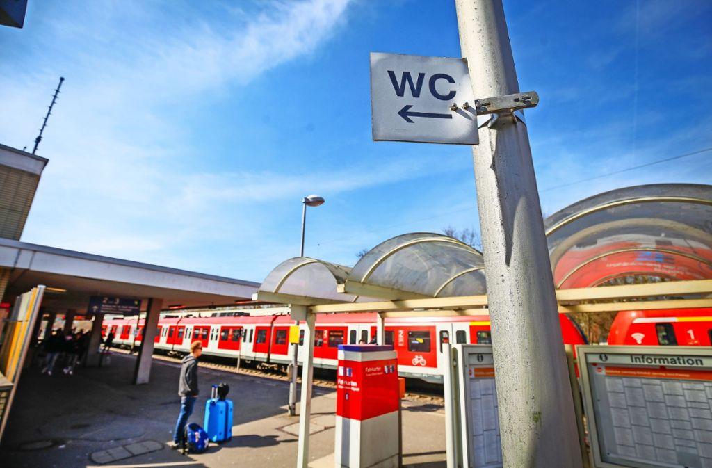 Der Pfeil  stimmt nicht: An diese Stelle am Bahnsteig 1, wo das Schild steht,  kommt eine Toilette. Wann, das ist unklar. Foto: factum/Granville