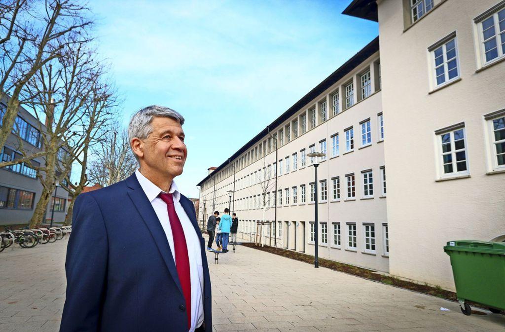 Schulleiter Wolfgang Medinger strahlt mit dem neuen Fassadenanstrich um die Wette. Foto: factum/Granville