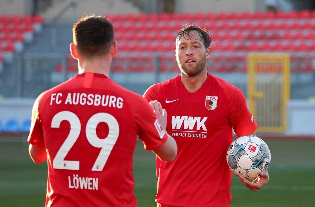 Julian Schieber (re.), bis zum Sommer noch formal  Profi beim FC Augsburg, wird Co-Trainer bei Oberligist TSG Backnang. Foto: imago//Klaus Rainer Krieger