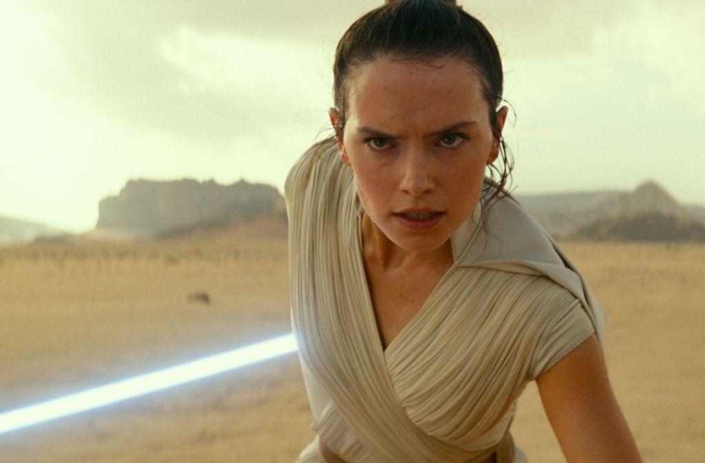 Rey (Daisy Ridley) stellt sich dem Kampf mit dem legendären Skywalker-Lichtschwert. Foto: Lucasfilm Ltd.