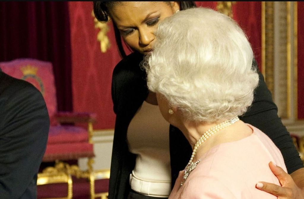 Gegen das Protokoll: Michelle Obama umarmte 2009 die Queen. Foto: Glomex
