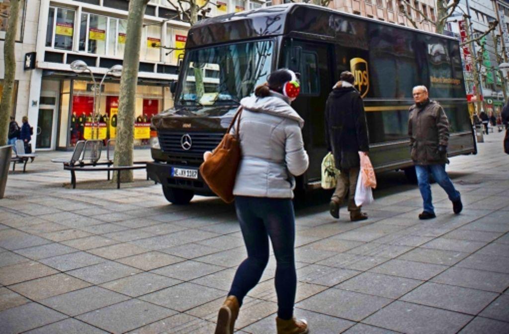 Transporter und Passanten kommen sich  in der City oft  zu nahe. Foto: Lichtgut/Max Kovalenko
