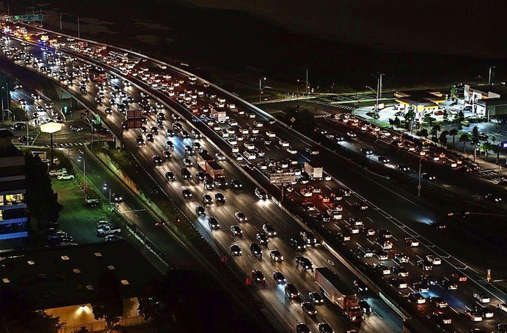 Spurwechsel, Kreuzungen, Stau: Der Frage, wie sich in komplexen Verkehrsströmen Zusammenstöße vermeiden lassen, geht Professor Alfio Borzi am 16. Mai nach. Foto: pixabay.com
