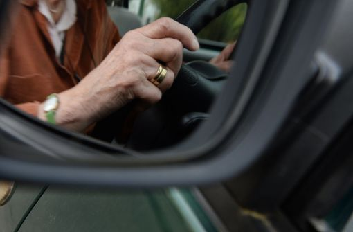 84-jähriger Autofahrer rutscht von Bremspedal ab – Passant verletzt