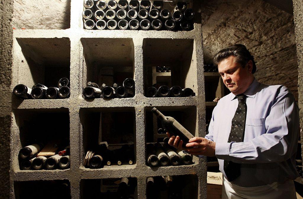 Josef Kern in seinem Weinkeller  – und in seinem Element: Die österreichische Weinauswahl in Restaurant und Weinhandel ist außergewöhnlich. Foto: Kraufmann
