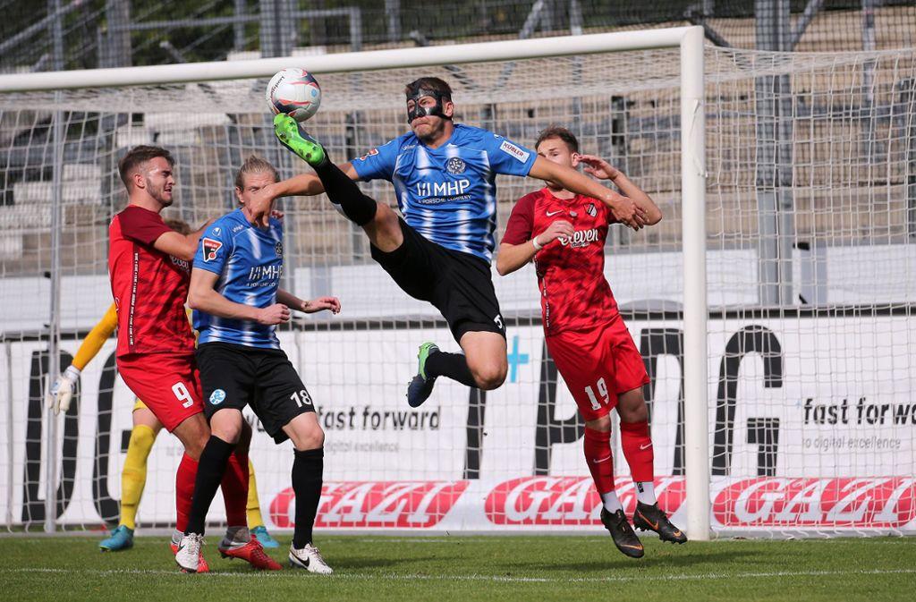 """""""Maskenmann"""" Patrick Auracher stemmt sich gegen eine drohende Niederlage. Foto: Baumann"""