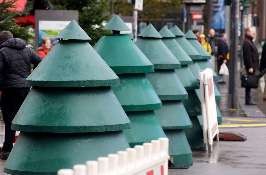 Der Eingang des Weihnachtsmarkts in Essen wird in diesem Jahr von Beton-Tannen geschützt. Foto: dpa/Roland Weihrauch
