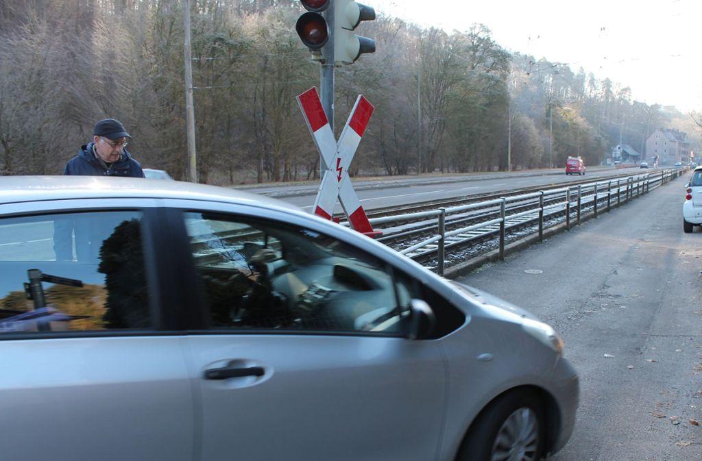 Manfred Brunner weiß, wie schwer es ist, an der Gleisüberquerung in Kaltental um die Kurve zu kommen. Foto: Katrin Maier-Sohn