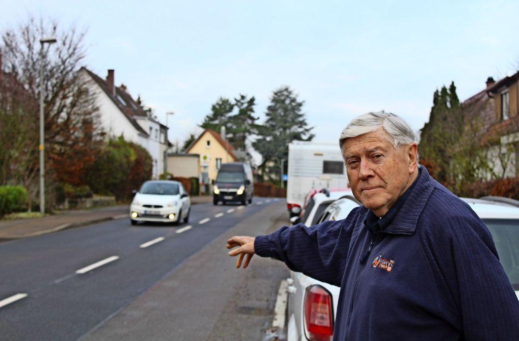 Udo Strauß beschreibt die Hoffeldstraße als Rennpiste. Dagegen  kämpft er nicht erst seit gestern. Foto: Tilman Baur