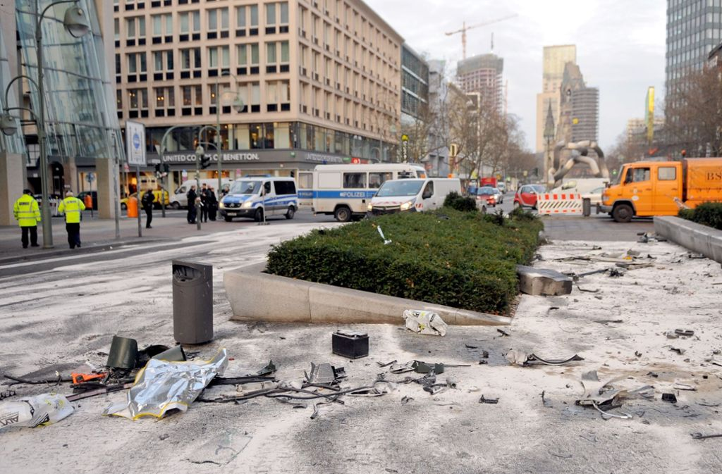 Am Morgen nach der Tat liegen die Autotrümmer in Berlin verstreut. Foto: dpa