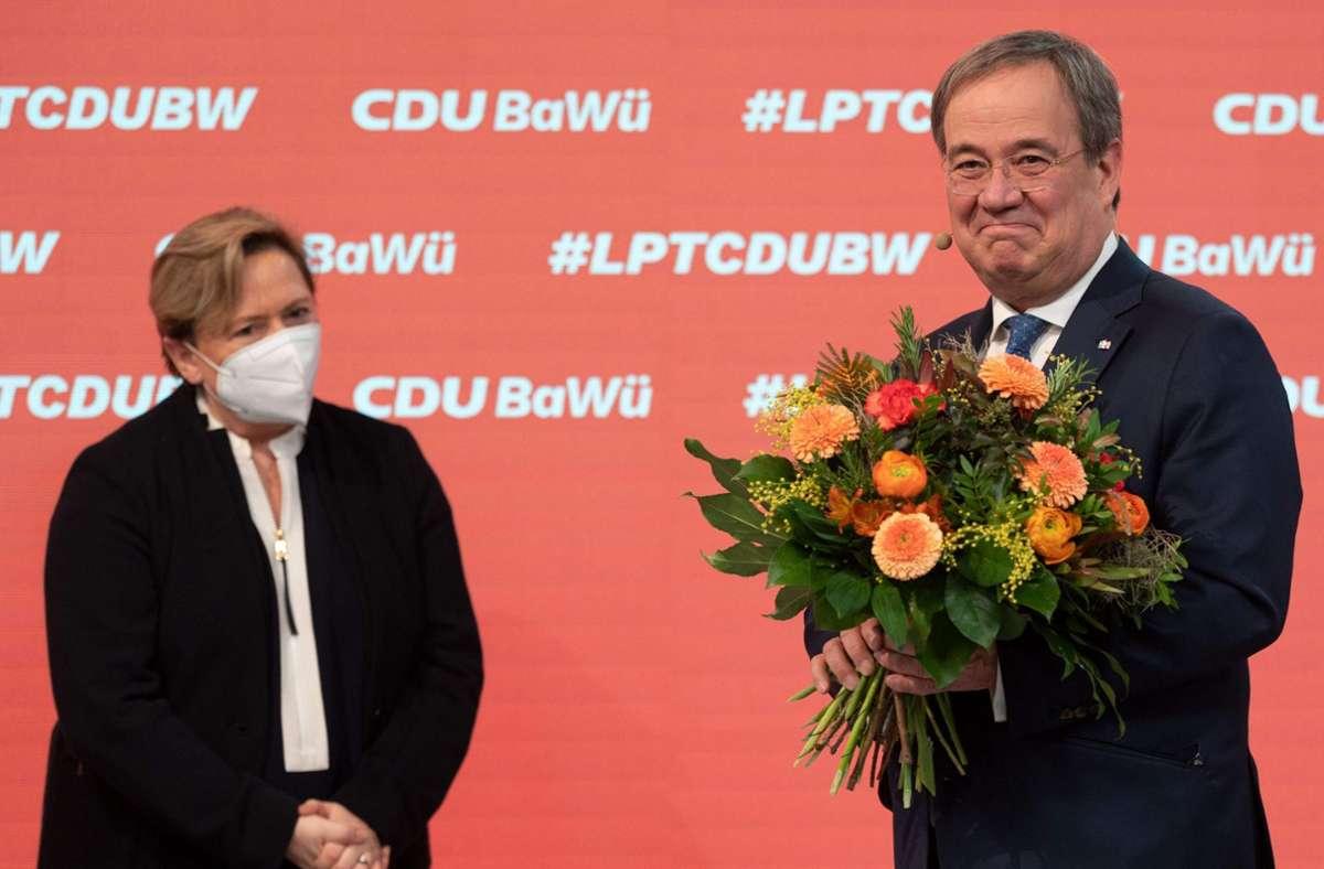 Blumen für den CDU-Chef Armin Laschet von Susanne Eisenmann Foto: AFP/MARIJAN MURAT