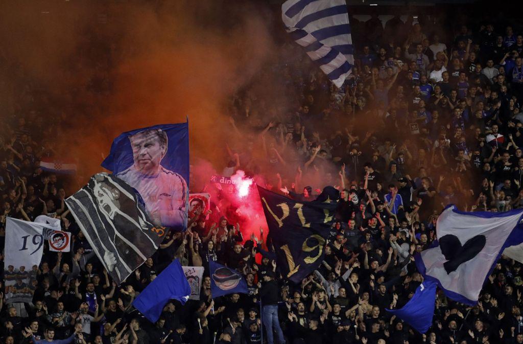 Während des Spiels gegen Atalanta Bergamo hatten die Fans von Dinamo Zagreb einiges zu feiern. Foto: AP/Darko Bandic