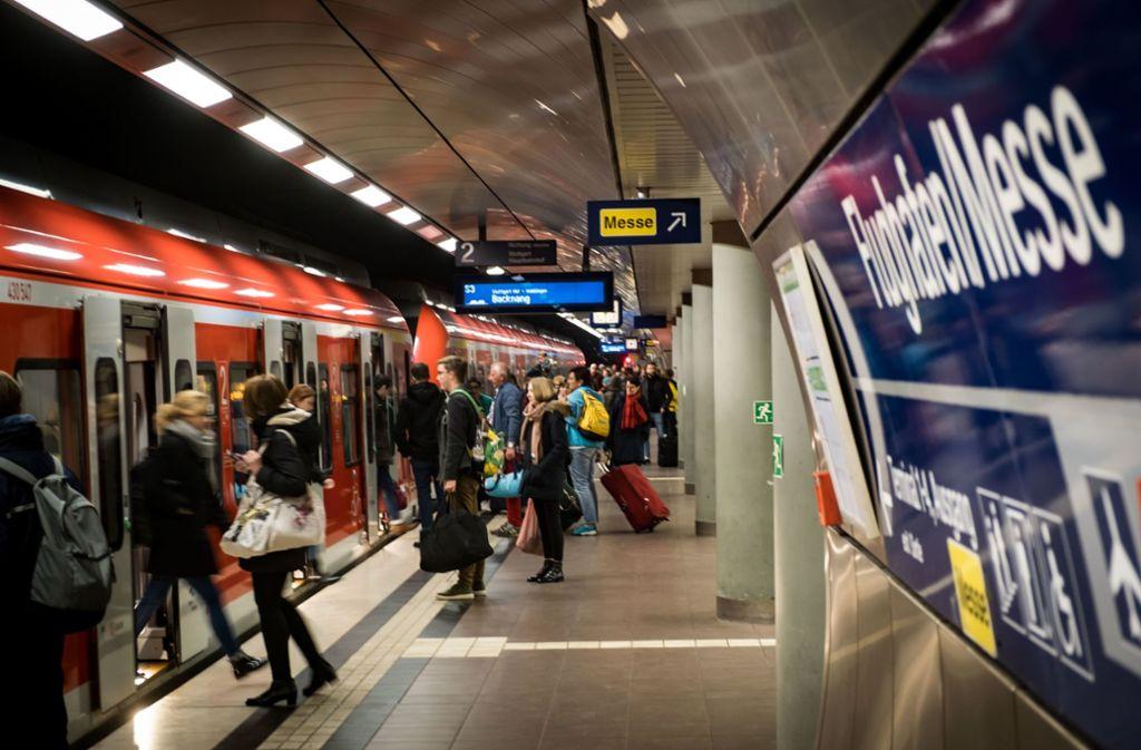 Immer mehr S-Bahn-Fahrgäste haben ihren Fahrschein auf dem Handy. Foto: Lichtgut/Achim Zweygarth