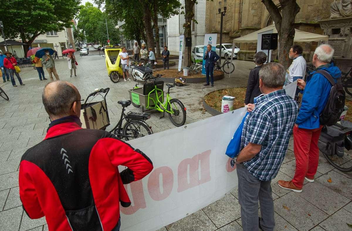 Kundgebung im Regen: Vor dem Hospitalhof startete die Allianz für die Mobilitätswende ihre Kampagne. Foto: Leif Piechowski